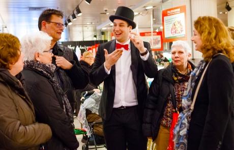 Aaah! Een enthousiaste groep die dankzij de Spreekstalmeester kilo's chocolade inslaat. Laat Sonja Bakker het maar niet horen!